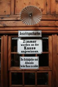 Wie alt sind wohl die Schilder in der Berliner Hütte