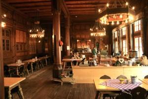 Herrschaftliche Atmosphäre im Speisesaal der Berliner Hütte