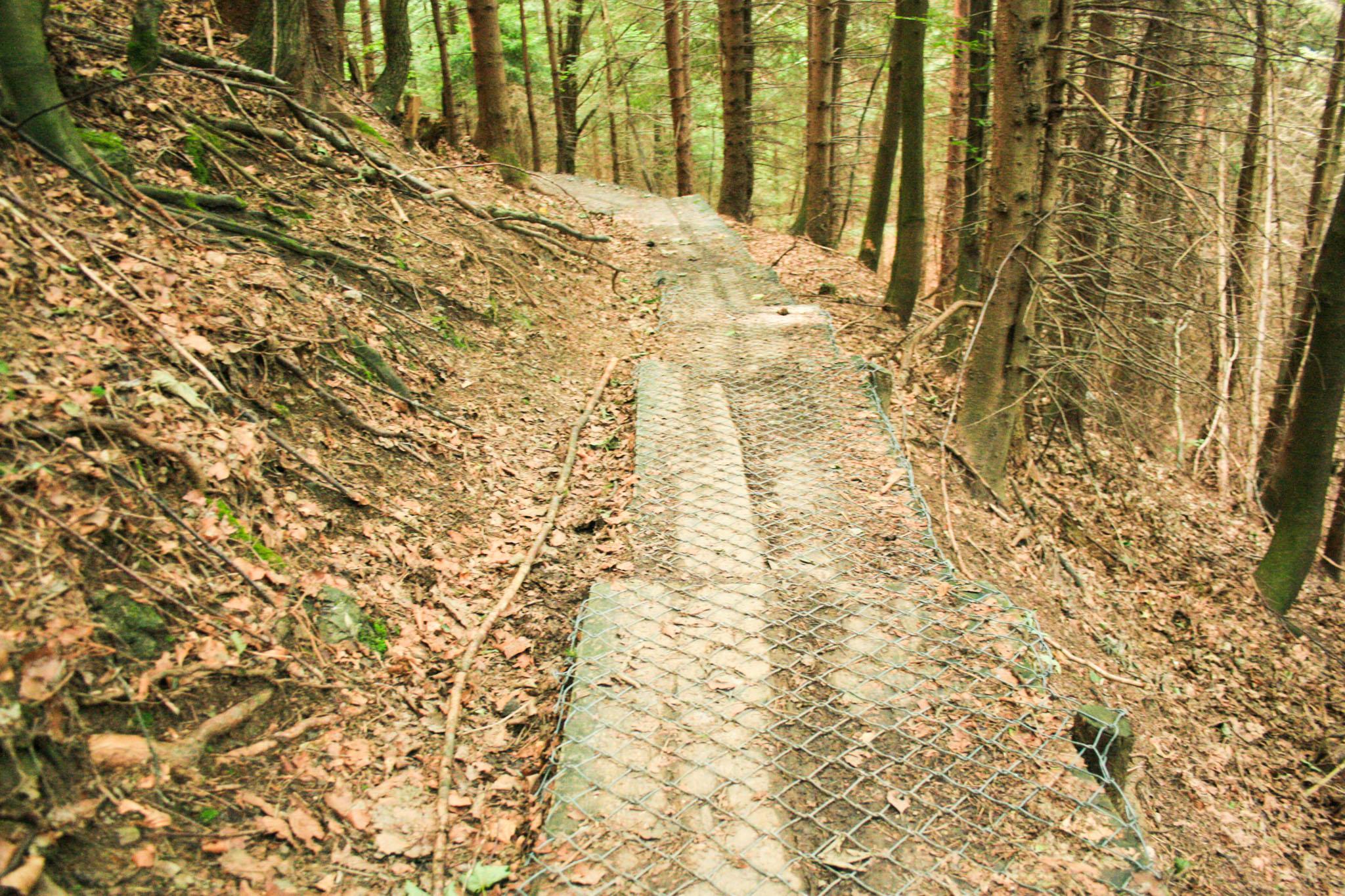 Ein ungewöhnlicher Maschendrahtzaun-Wanderweg