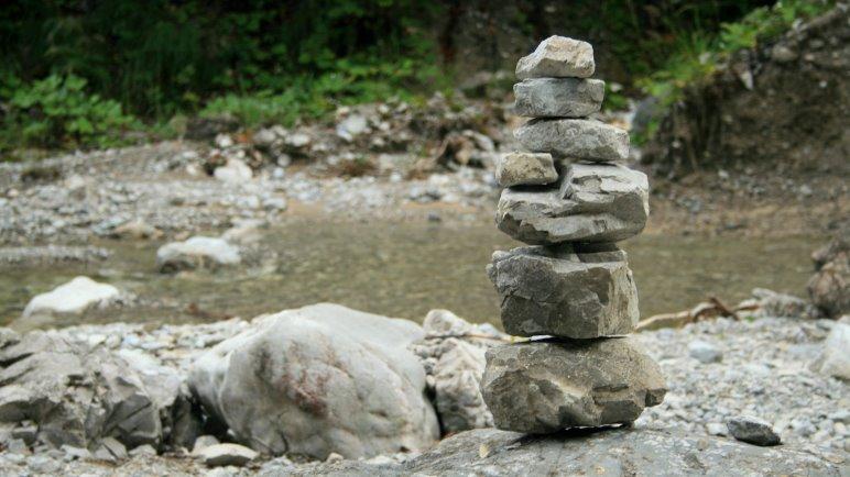 Steinmandl bauen in der Felsweißach