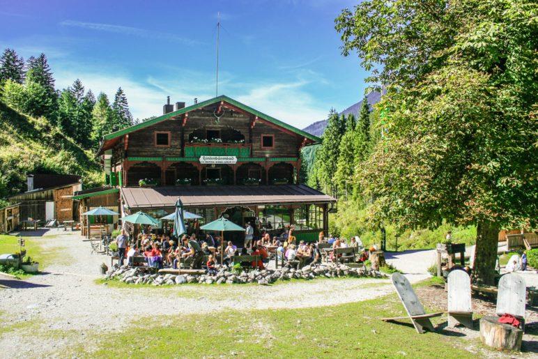 Der gut besuchte Biergarten des Anton-Karg-Hauses