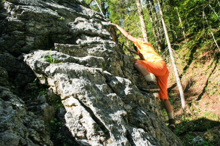 Erste Boulderversuche am großen Boulderfelsen