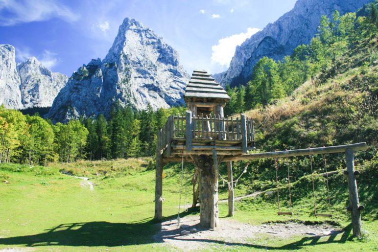 Das Anton-Karg-Haus bietet tolle Spielmöglichkeiten, zum Beispiel das Baumhaus