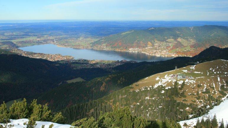 Vom Hirschberggipfel sieht man auf das Hirschberghaus und den Tegernsee