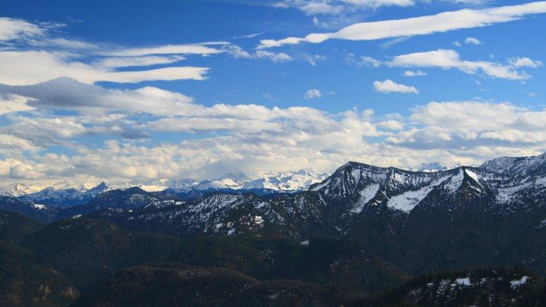 Grandioser Panoramablick vom Hirschberg auf die Alpenkette