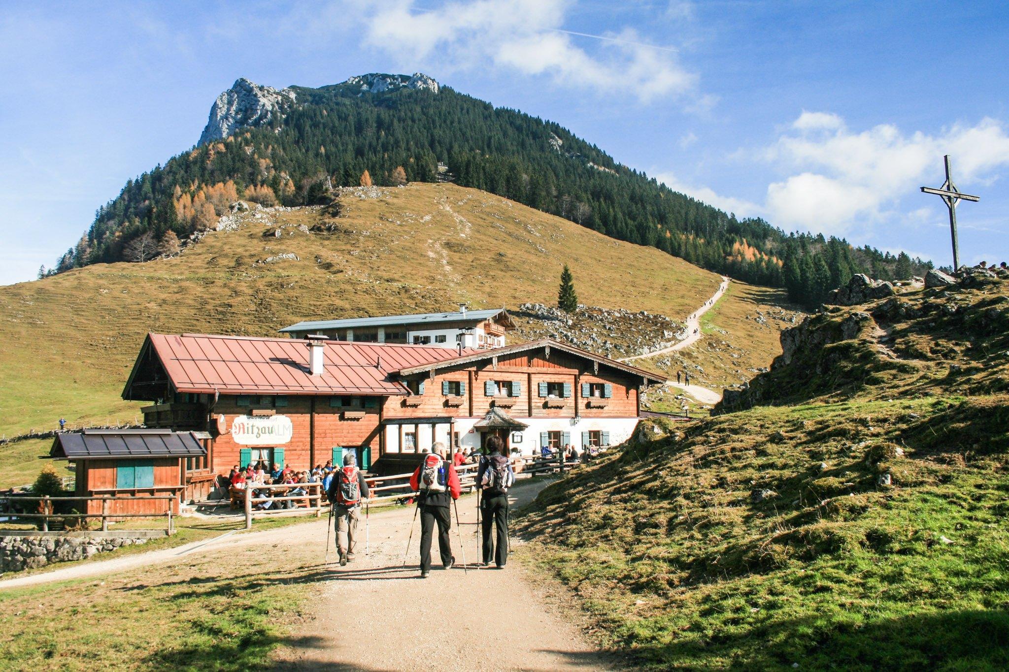 Die Ritzau-Alm, im Hintergrund Naunspitze, Petersköpfl und der Weg zur Vorderkaiserfeldenhütte