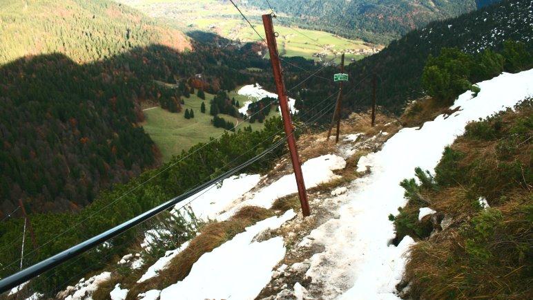 Seilsicherungen auf dem steilen Winterweg