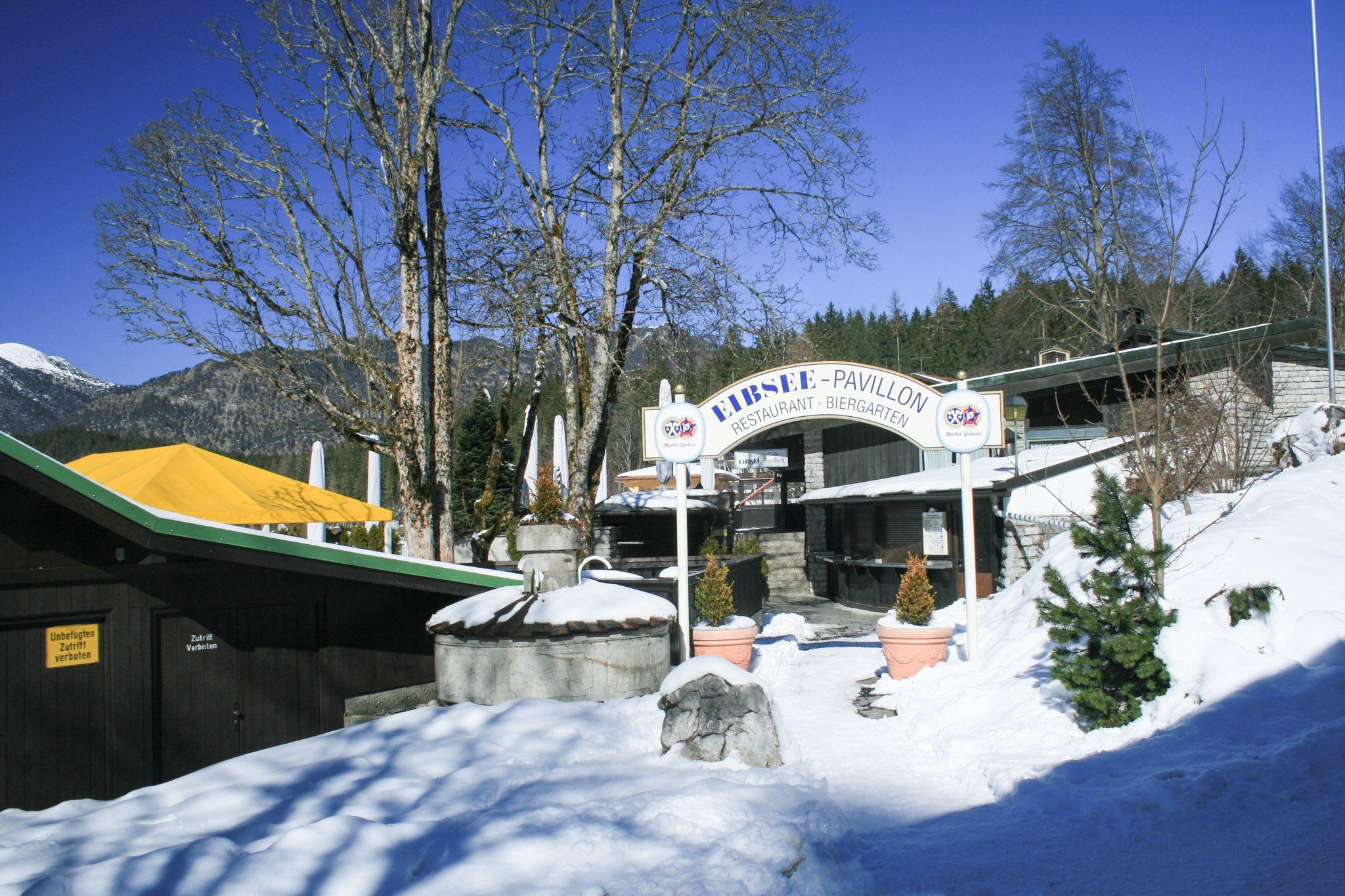 Wartet auf den Sommer: Der Biergarten am Eibsee-Hotel