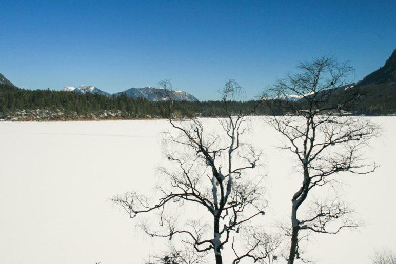 Der Blick von Westufer über den zugefrorenen See zum Hotel