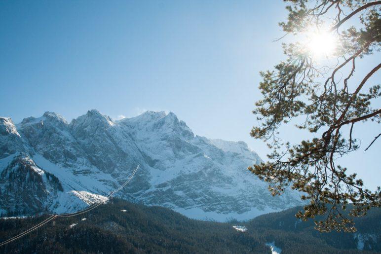 Fast genau 2000 Meter oberhalb des Eibsees liegt der Gipfel der Zugspitze