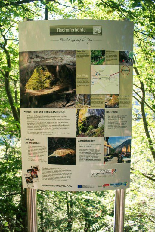 Eine Infotafel zur Tischoferhöhle am Kaisertal-Wanderweg