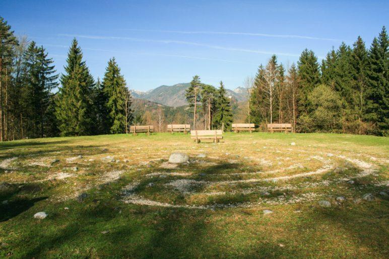 Direkt neben dem Spielplatz ist ein keltischer Steinkreis nachgebildet