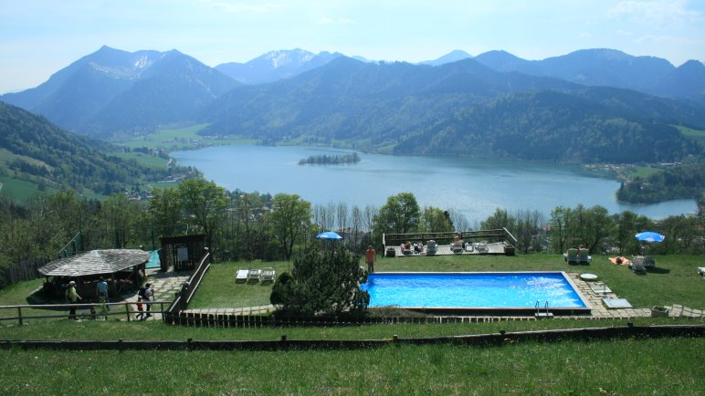 Aussicht auf Pool, See und Berge an der Schliersbergalm