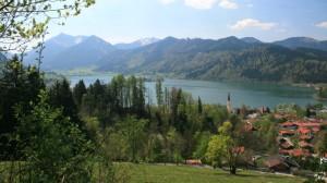 Schöner Schliersee- und Bergblick am Weg
