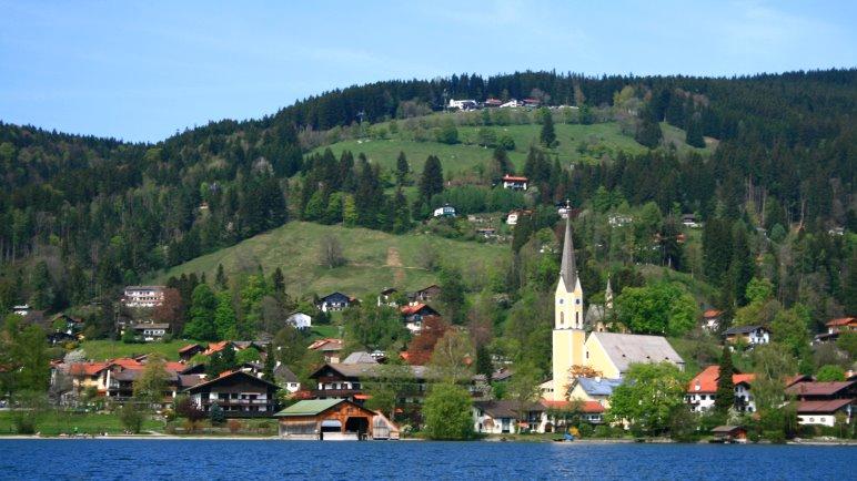 Der Ort Schliersee und die Schliersbergalm vom See aus gesehen