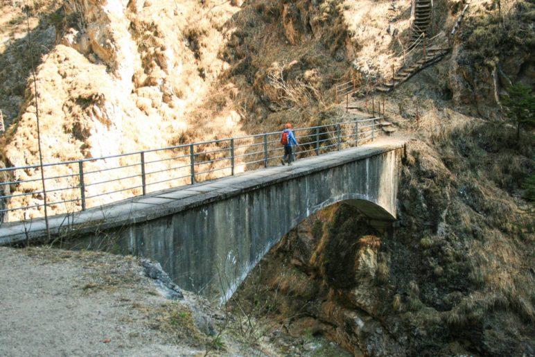 Die Brücke über den Sparchenbach hat nur auf einer Seite ein Geländer
