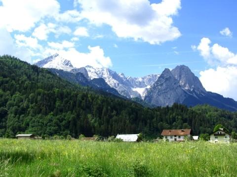Zugspitze und die Wiesen bei Garmisch-Partenkirchen