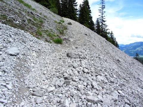 Der Abstiegsweg führt auch durch das Geröllfeld