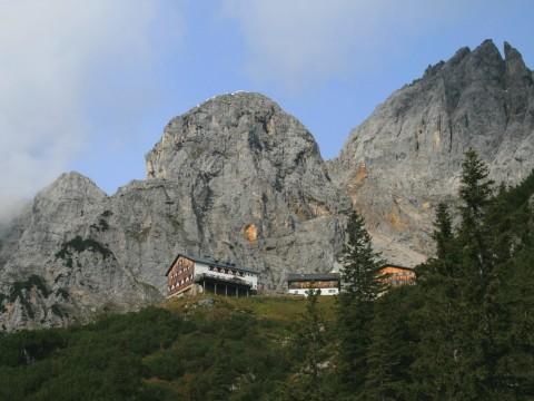 Blick zurück auf die Gruttenhütte vor der Ellmauer Halt