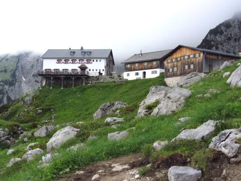 Das Ziel der Wanderung - Die Gruttenhütte, hier mit Nebel statt Fels im Hintergrund