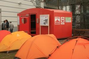 Die Biwakschachtel auf der Ispo 2011- umringt von Zelten auf dem Freigelände der Ispo 2011