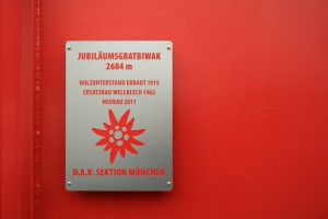 Die Tafel des DAV München an der neuen Jubiläumsgrat-Biwakschachtel
