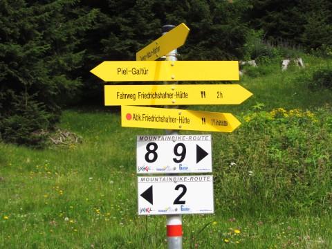 """Wegweiser: Nach wenigen Metern zweigt der """"Abk."""" Pfad zur Friedrichshafener Hütte ab"""