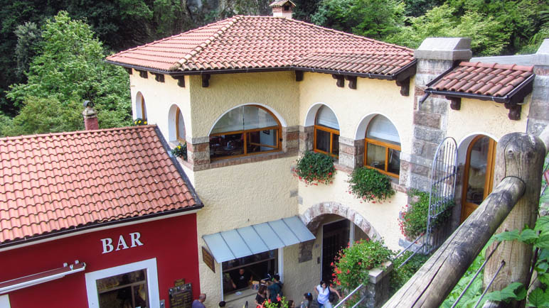 Das von Giancarlo Maroni entworfene Eingangsgebäude der Cascata Varone