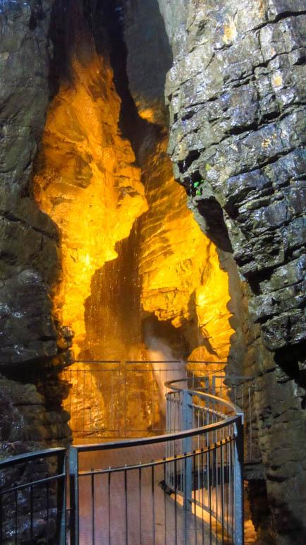 Der große Wasserfall in der Grotte der Cascata Varone