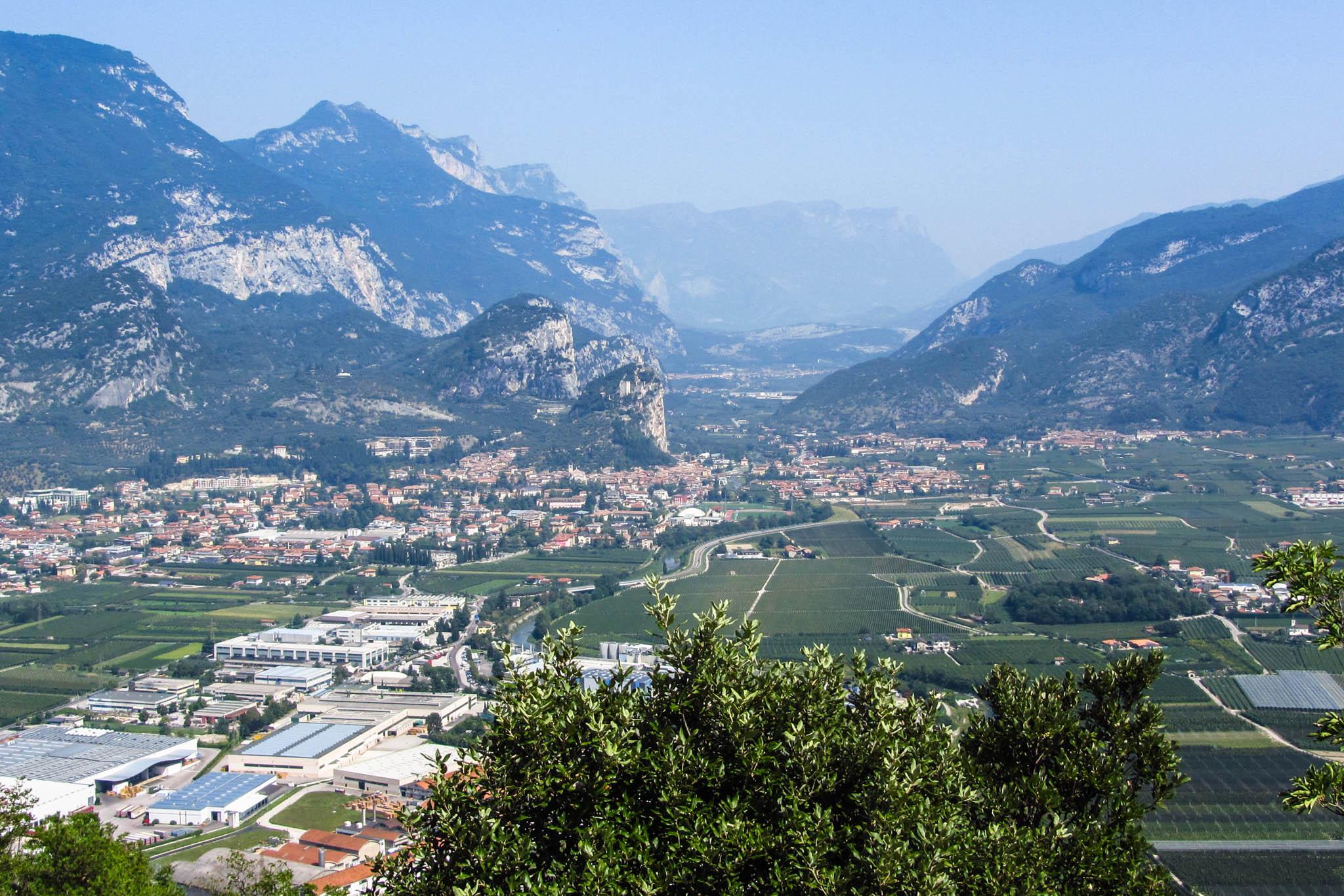 Blick vom Monte Brione auf das Sarcatal mit Arco und der Burg Arco
