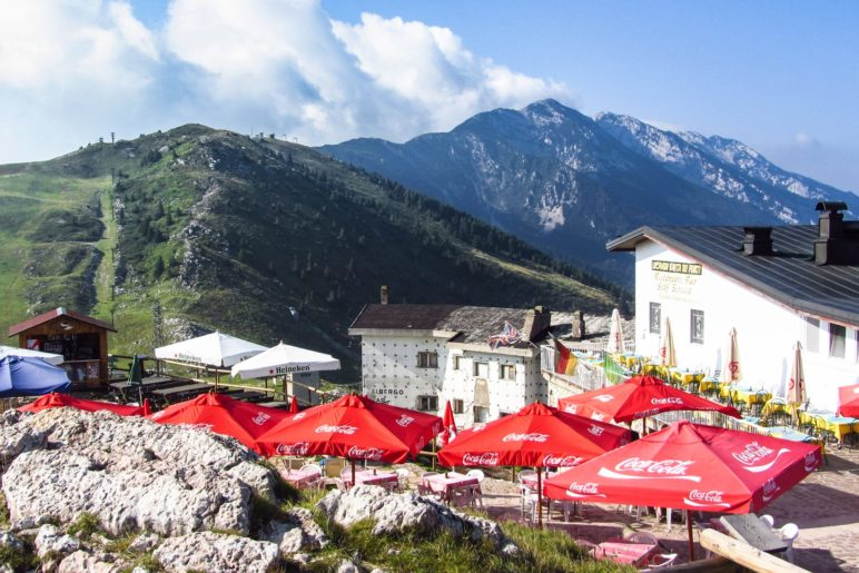 Das Gasthaus Baita dei Forti neben der Bergstation der Funivia Monte Baldo