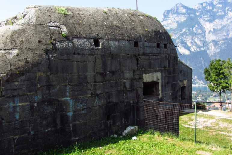 Das große Gebäude der Batteria di Mezzo auf dem Monte Brione
