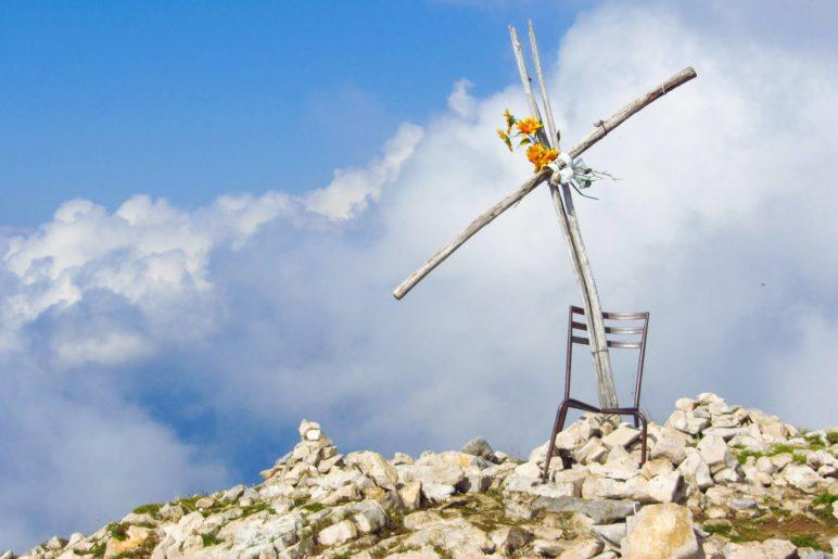 Sehr ungewöhnlich: Das Gipfelkreuz der Cima delle Pozzette mit Stuhl und Plastikblumen