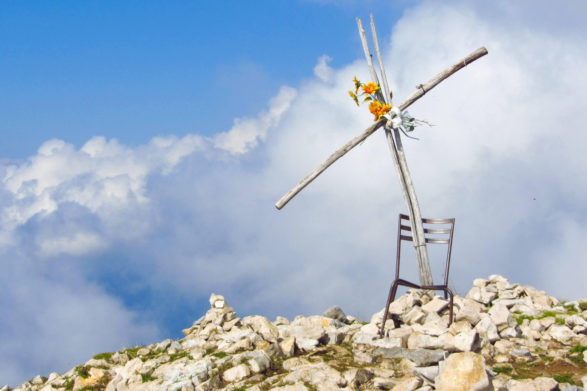 Sehr ungewöhnlich: Das Gipfelkreuz der Cima delel Pozzette mit Stuhl und Plastikblumen