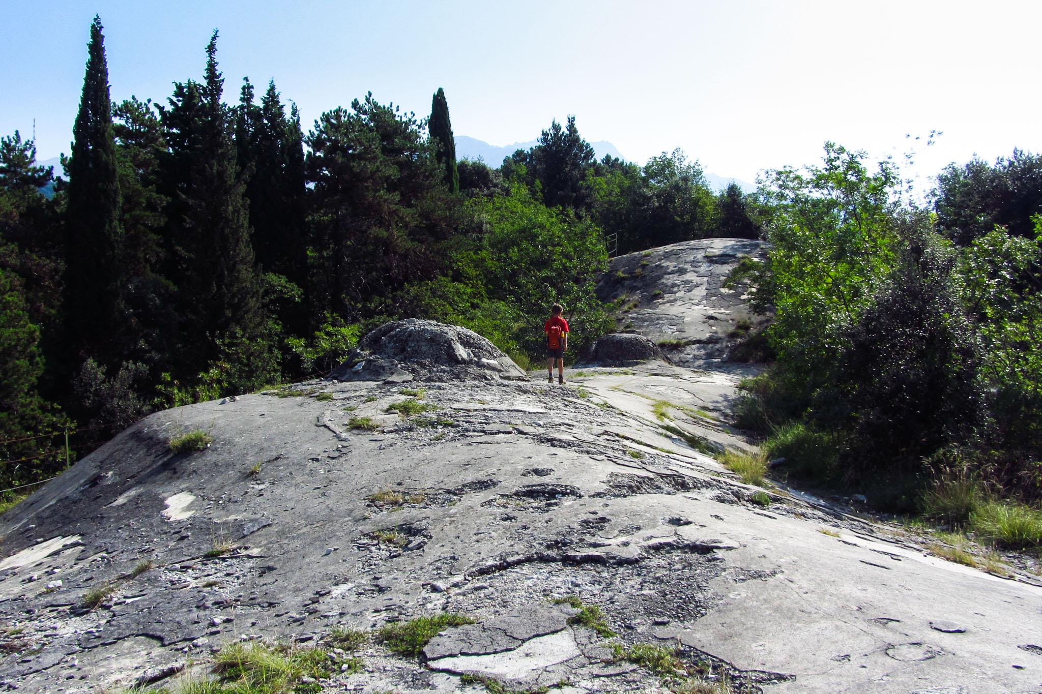 Der Weg führt über das Dach des Forte Garda