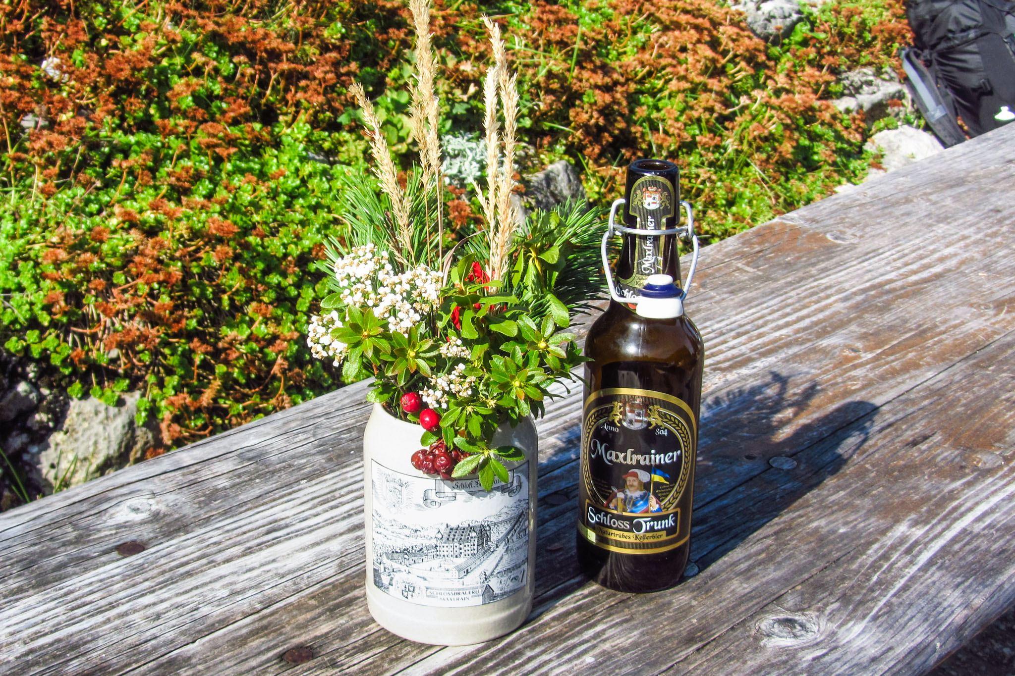 """Stilleben mit Bergblumen und """"Unsereiner trinkt ..."""""""
