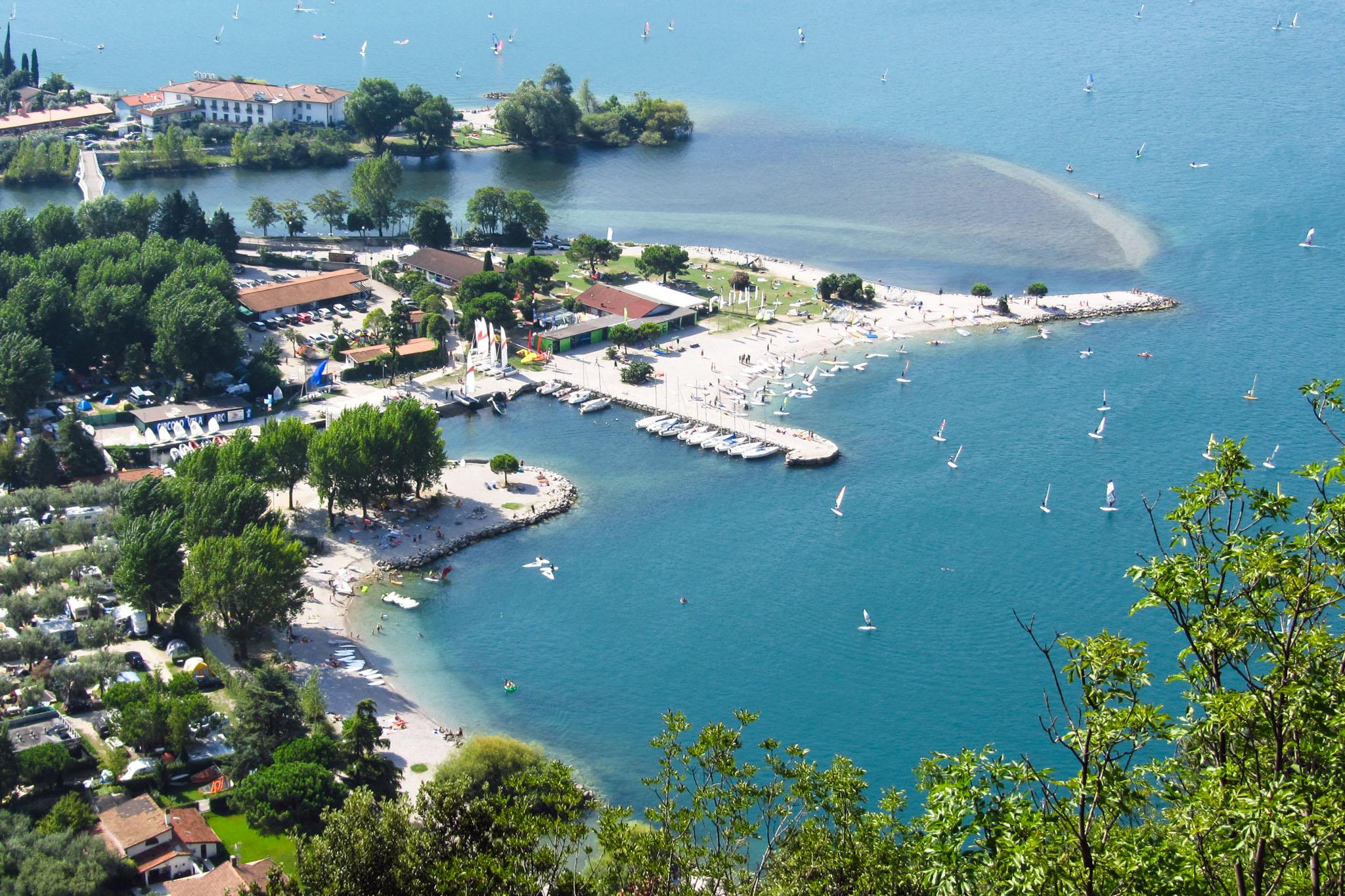 Sporthafen und Strand, dahinter die Mündung der Sarca in den Gardasee