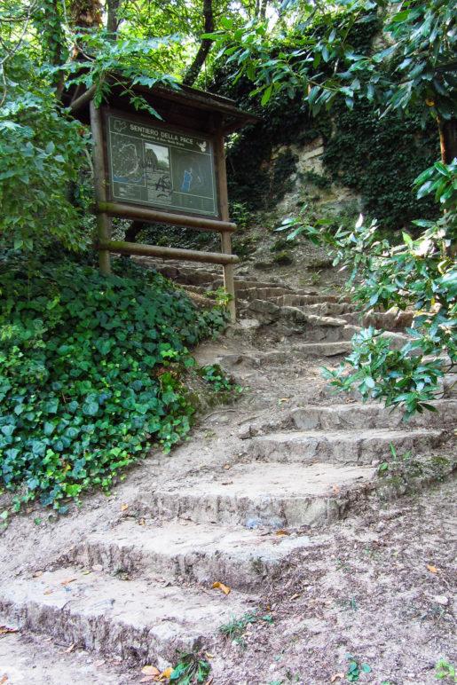 Infotafel zum Sentiero della Pace am Beginn des Monte Brione Wanderwegs