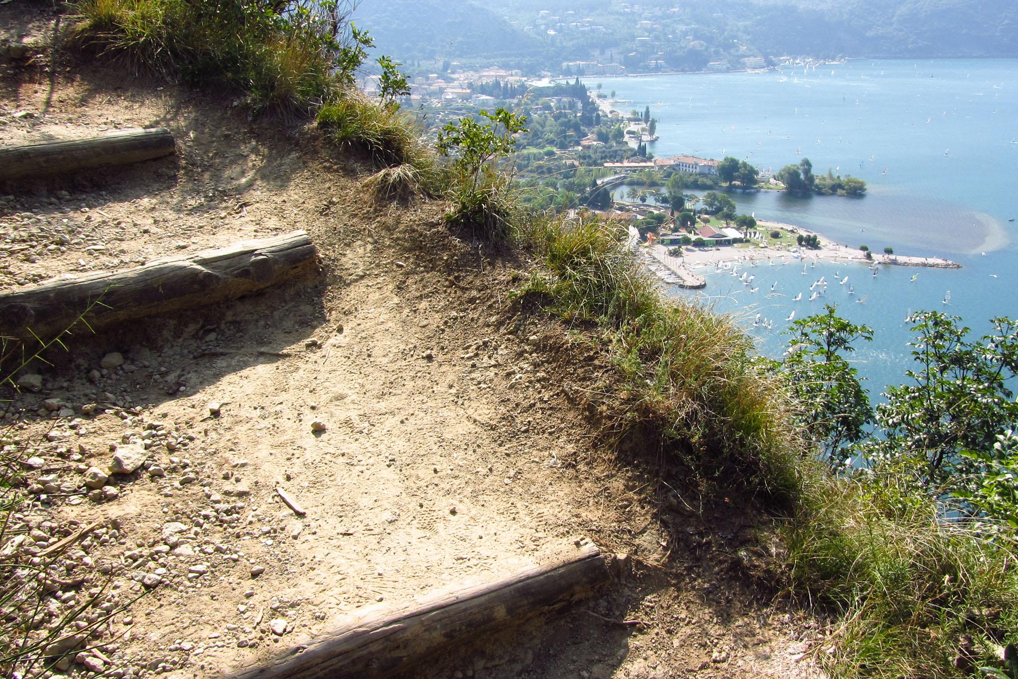 Der Wanderweg am Monte Brione führt manchmal direkt an der Steilkante entlang