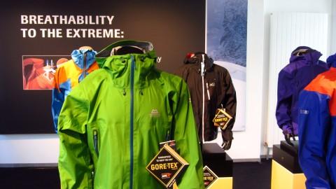 Einige Jacken mit Gore-Tex Active Shell im Showroom