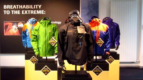 Einige Active Shell Jacken im Gore Showroom