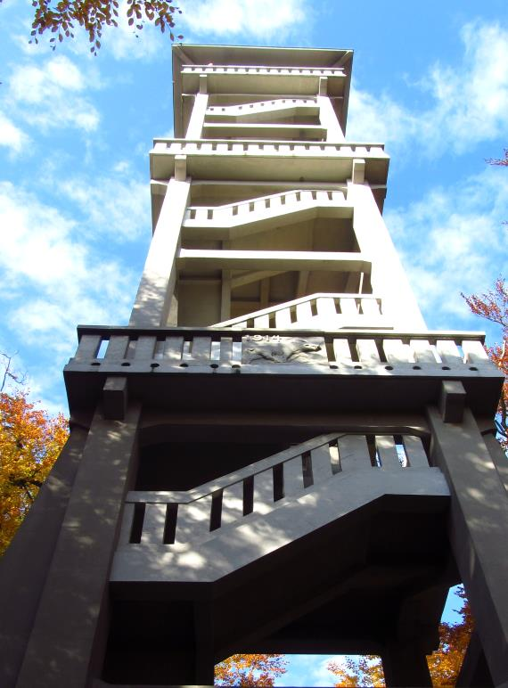 Der Ebersberger Aussichtsturm von unten