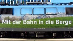Mit der Bahn in die Berge - diese Lok der Bahn wirbt dafür