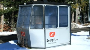 Direkt neben dem Eibsee-Bahnhof der Zugspitzbahn: Eine Gondel macht Werbung für: Top of Germany