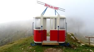 Eine Gondel der alten Monte Baldo Seilbahn am Gardasee steht jetzt ganz in der Nähe der Bergstation Baita dei Forti