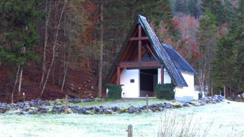 Die Gedenkstätte der Bergtoten des Kaisertals an der Fischbachalm