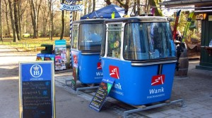 Gondeln der Wankbahn im Englischen Garten in München.