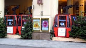 Gondeln vor dem Hotel Vier Jahreszeiten in der Maximilianstraße in München.