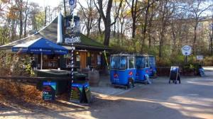 Die Wankbahn-Gondeln stehen vor dem Milchhäusl im Englischen Garten.