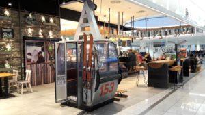 Seilbahngondel in der Sportalm im Terminal 2 des Münchner Fluighafens